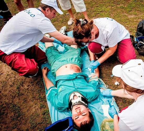 Оказывается пациентам  в экстренной или неотложной форме при состояниях, требующих срочного медицинского вмешательства